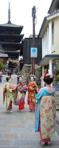 Maiko-san tourists in front of temple