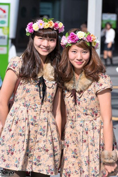 Two girls wearing fur collars. This kind of collar is very popular in winter fashion. Image from www.tokyofasion.com (click on image to go to site)